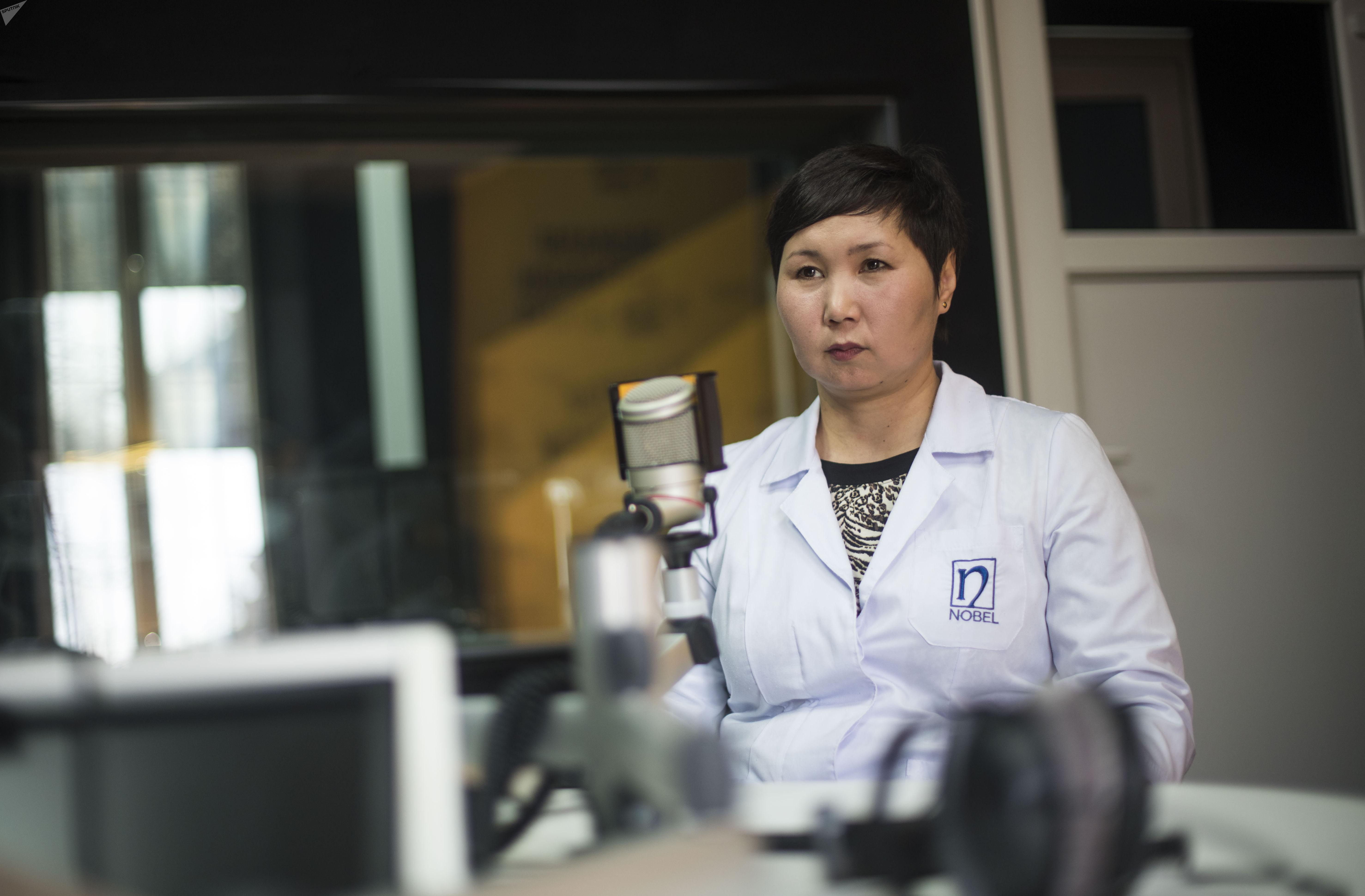 Врач-диетолог Бактыгул Иманкулова во время интервью на радио Sputnik Кыргызстан