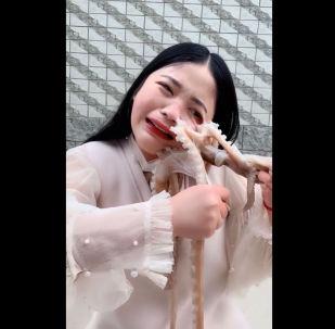 Девушка хотела прославиться в Сети, съев живого осьминога. Она добилась внимания пользователей, но совсем не так, как планировала.