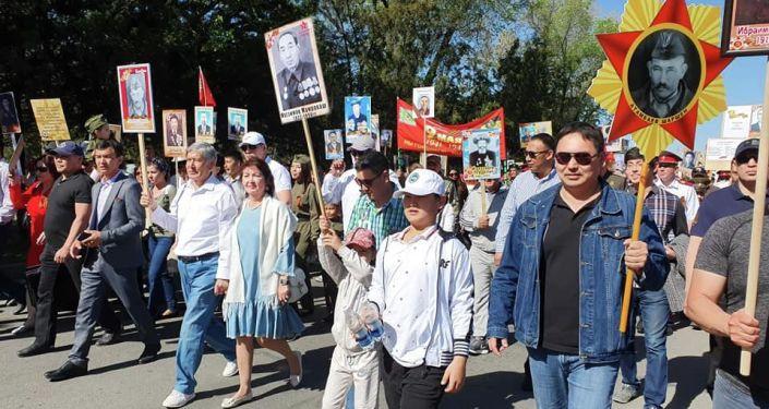 Экс-президент КР Алмазбек Атамбаев с супругой Раисой на шествии Бессмертный полк в Бишкеке