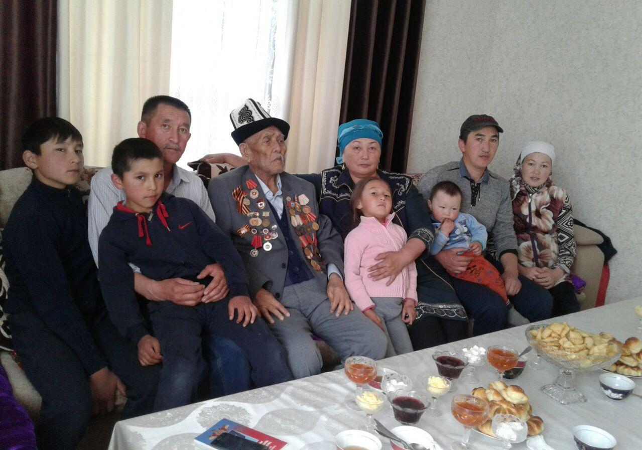 Ветеран ВОВ Тенти Тамашаев с детьми и внуками