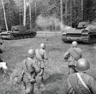 Советские войска на позицию для атаки. Западный фронт. Архивное фото