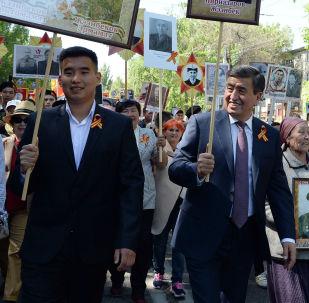 Мамлекет башчы Сооронбай Жээнбеков Бишкекте өткөн Өлбөс полк акциясында