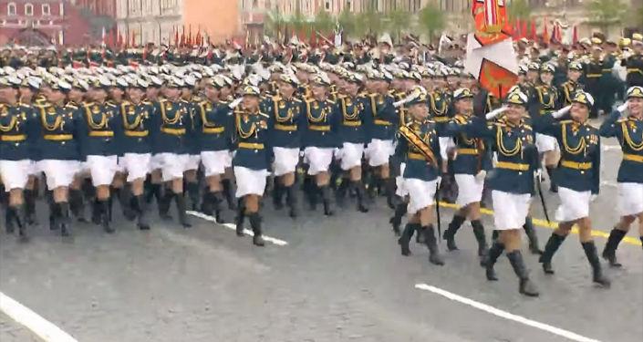 Улуу Ата мекендик согуштун 74 жылдыгына арналган Москвадагы Кызыл аянтта өткөн парадга чыккан аскер кыздар көпчүлүктүн көңүлүн бурду.