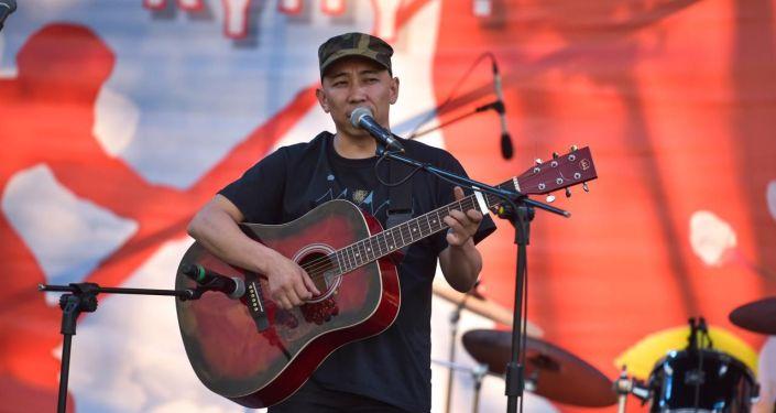 Кыргызский певец Кайрат Примбердиев выступает на концерте на площади Победы в Бишкеке приуроченной к 74-летию Победы в Великой Отечественной войне