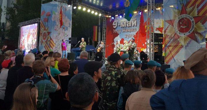 Ансамбль Голубые береты выступают на концерте на площади Победы в Бишкеке приуроченной к 74-летию Победы в Великой Отечественной войне