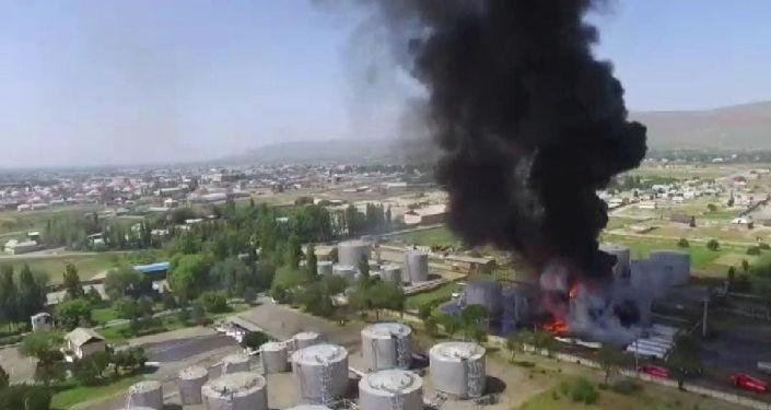 Вид с дрона на пожар на нефтебазе по улице Шерматова в Джалал-Абаде