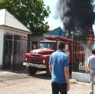 Сотрудники МЧС на месте пожара на нефтебазе по улице Шерматова в Джалал-Абаде