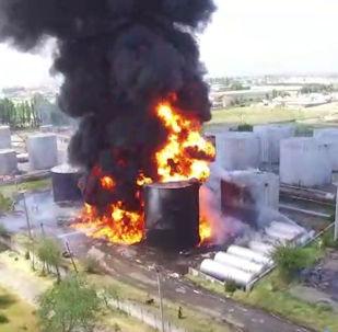 Пожарные продолжают тушить крупное возгорание на нефтебазе в Джалал-Абаде.