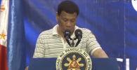 Во время выступления президента Филиппин Родриго Дутерте перед сенатом на его плечо залез огромный таракан.