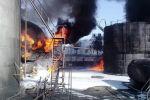 Сотрудники МЧС во время тушения огня на нефтебазе в Джалал-Абаде.