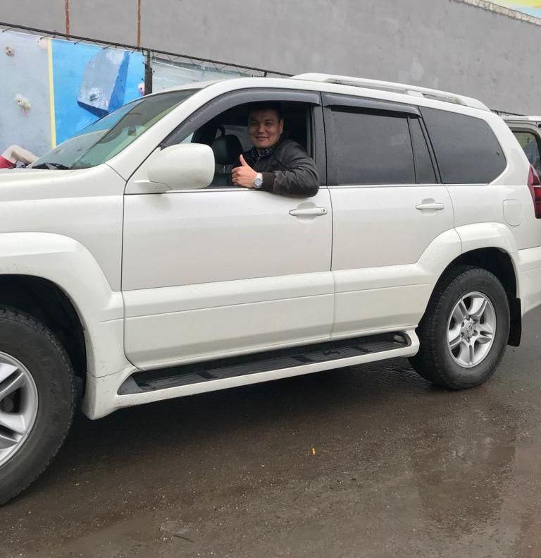 Кыргызстанский боец ММА в тяжелом весе Тилек Жээнбеков с подаренным LХ 470