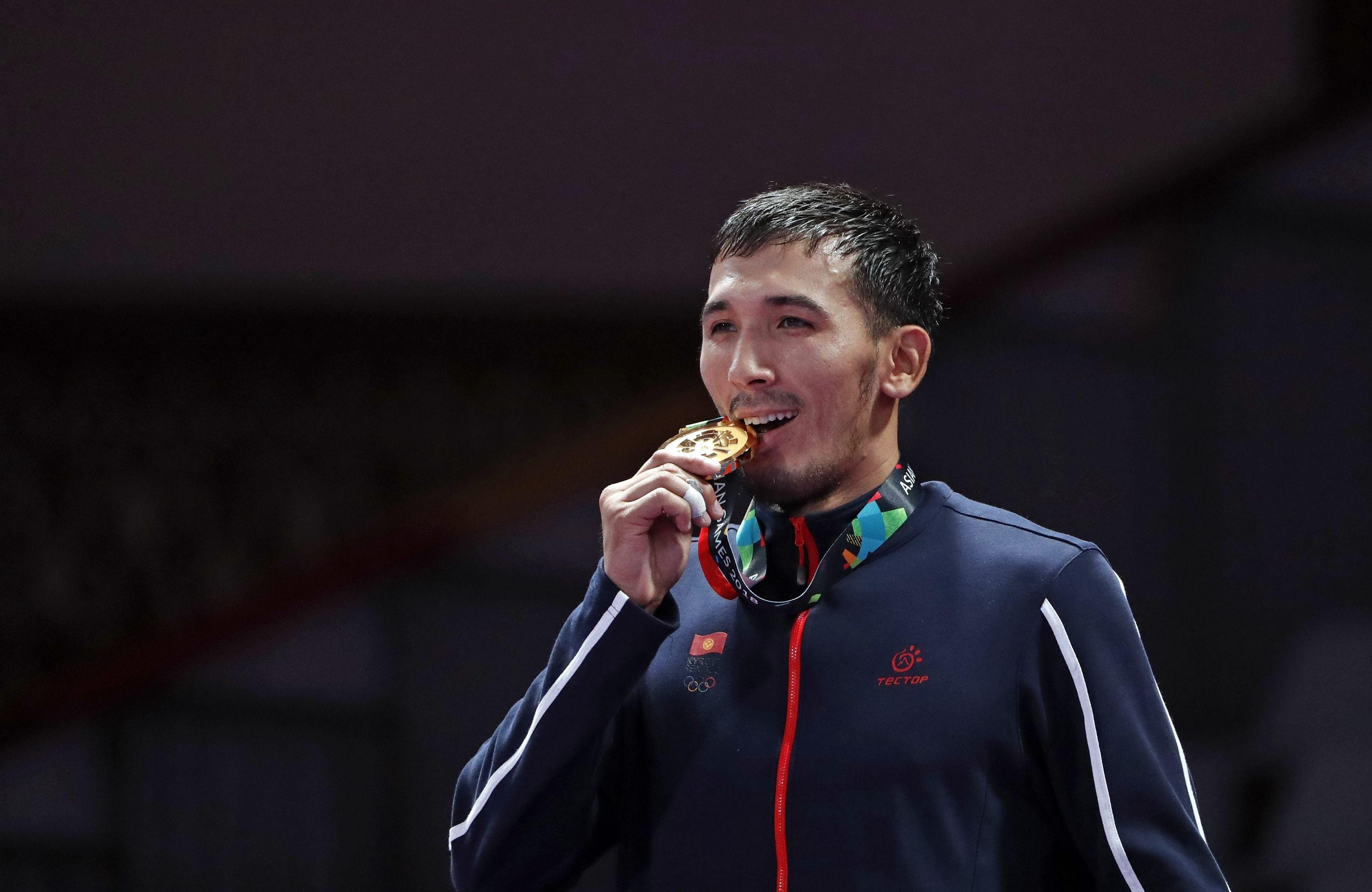 Обладатель золотой медали Азиатских игр-2018 Торокан Багынбай Уулу во время награждения в Джакарте