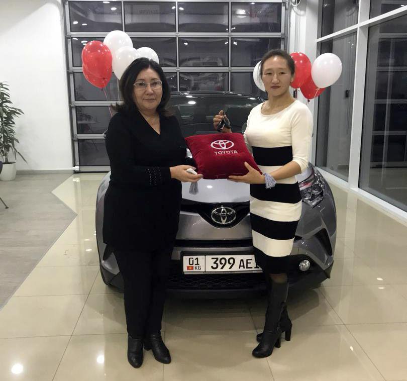 Трехкратная чемпионка Азии по женской борьбе Айсулуу Тыныбекова с подаренный ей автомобилем Toyota CH-R