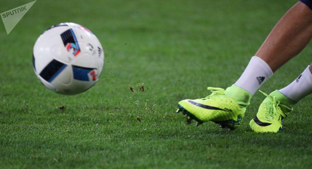 Футболист бьет по мячу. Архивное фото