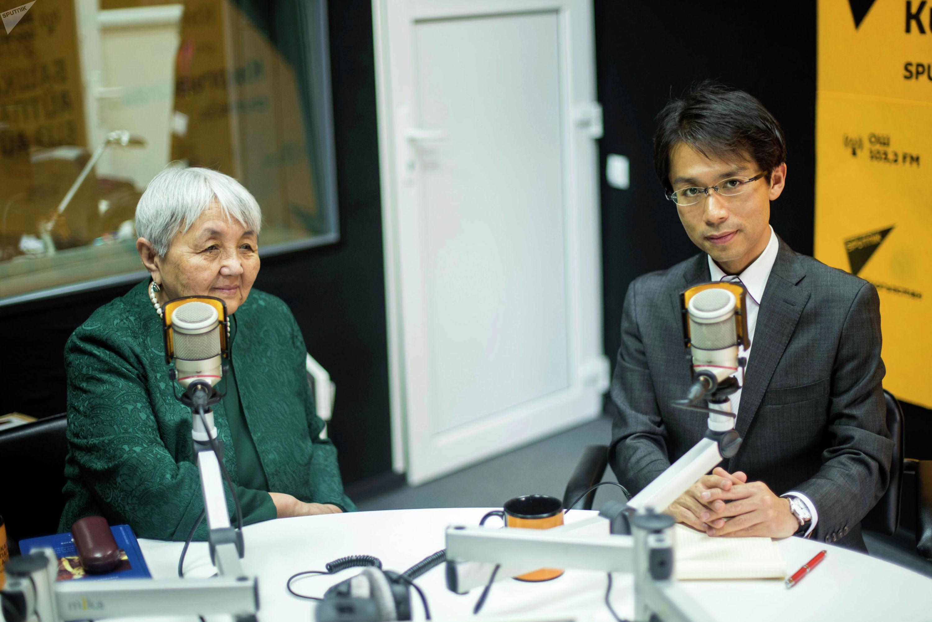 Научный сотрудник университета Васеда, ученый Тэцу Акияма и правнучка Шабдан Баатыра Жаныл Абдылдабек кызы во время беседы