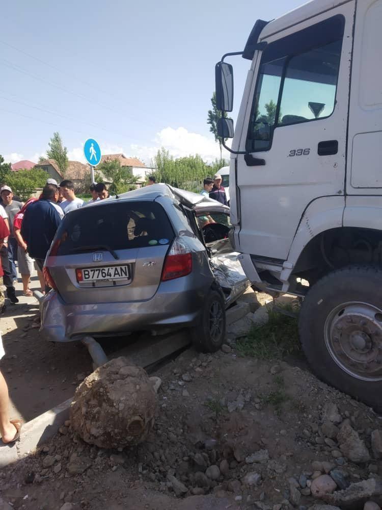 На южной магистрали в Бишкеке грузовик при повороте протаранил автомобиль марки Honda Fit