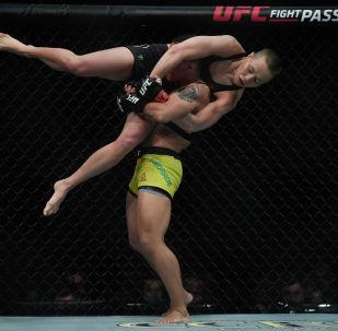 Бразильский боец Джессика Андраде с американским бойцом Роузом Намаюнасом во время боя за титул чемпиона в наилегчайшем весе среди женщин на UFC 237 в Рио-де-Жанейро. 11 мая 2019 года