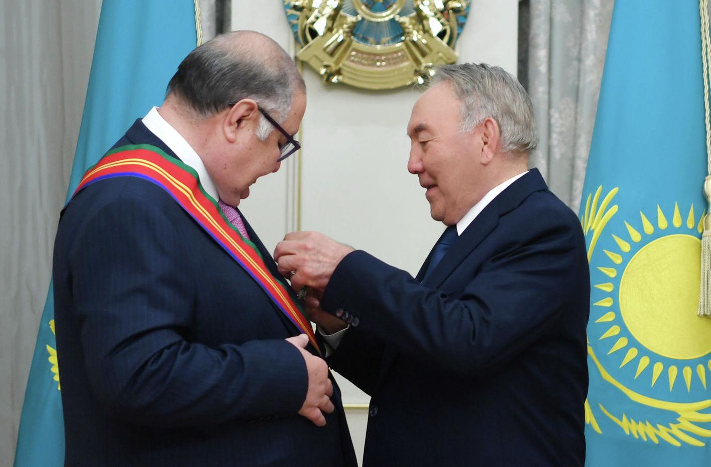 Первый ррезидент Казахстана Нурсултан Назарбаев наградил учредителя компании USM Holdings Алишера Усманова орденом Достық І степени за значительный вклад в укрепление дружбы и развитие экономического сотрудничества между Казахстаном и Россией.