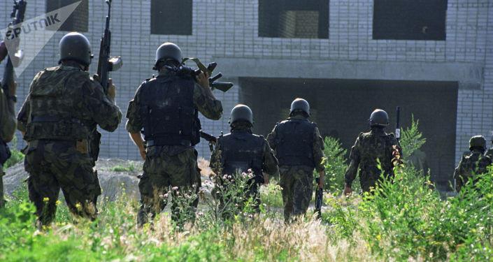 Бойцы спецподразделений перед штурмом. Архивное фото