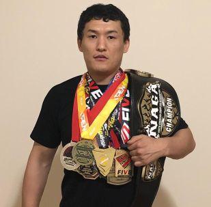 Кыргызстанский спортсмен Билимбек Алмаматов стал обладателем чемпионского пояса на международном турнире по джиу-джитсу в Чикаго (США).