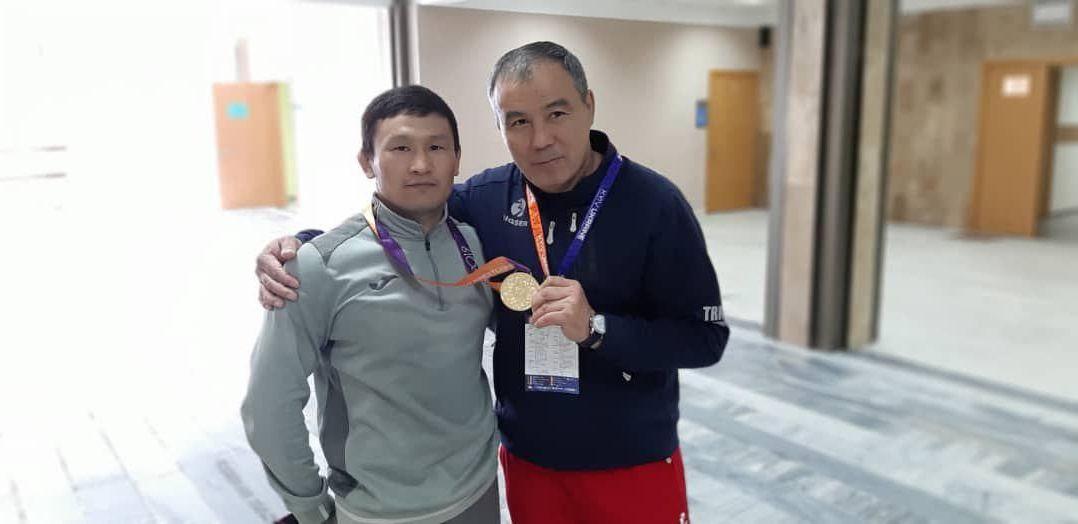 Борец греко-римского стиля Каныбек Жолчубеков с тренером Мейрамбеком Ахметовым