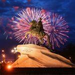 Праздничный салют в Санкт-Петербурге в честь Дня Победы. На первом плане: памятник Петру I  на Сенатской площади.