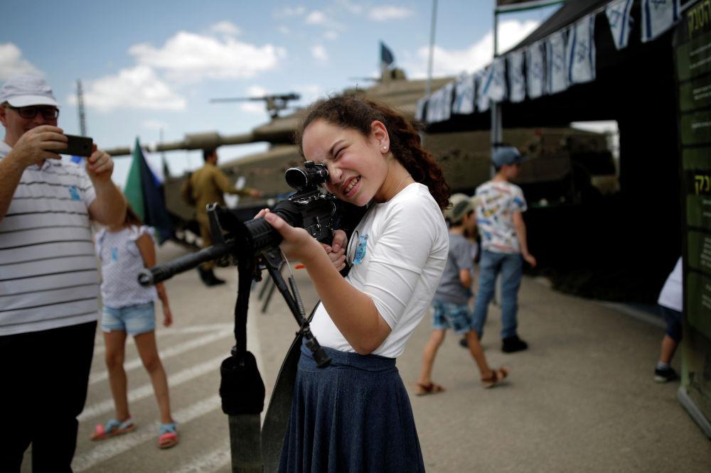 Девушка с винтовкой в мемориальном комплексе Латрун (Израиль) в День памяти погибших солдат
