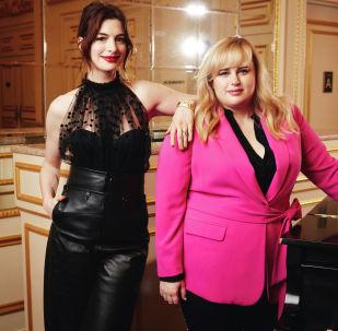 Актрисы Энн Хэтэуэй и Ребель Уилсон позируют, рекламируя свой фильм Отпетые мошенницы в Нью-Йорке. Архивное фото