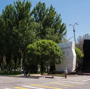 Прохожие у монумента памяти погибших в Апрельских событиях 2010 года на площади Ала-Тоо в Бишкеке