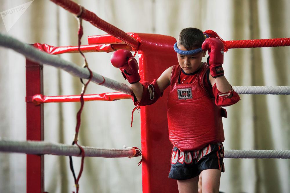 Муай-тайды бөтөнчө сүйгөндөр башына монгкон тагынып, атайын музыканын коштоосунда бийлеп рингди айланышат