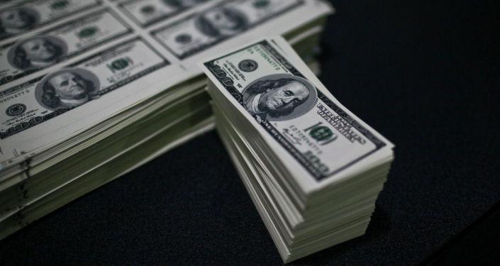 Долларовые купюры. Архивное фото