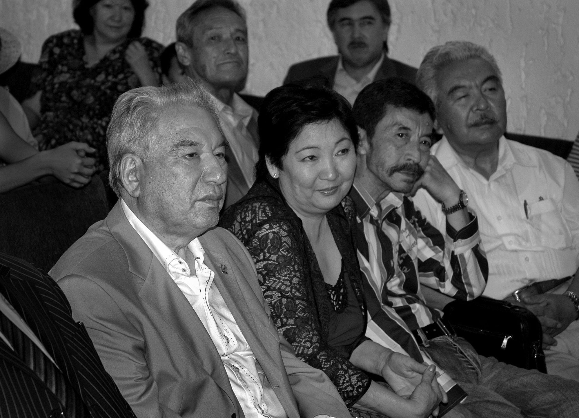 Писатель, герой Кыргызской Республики Чингиз Айтматов с женой Марией и режиссерами Геннадием Базаровым и Болотом Шамшиевым