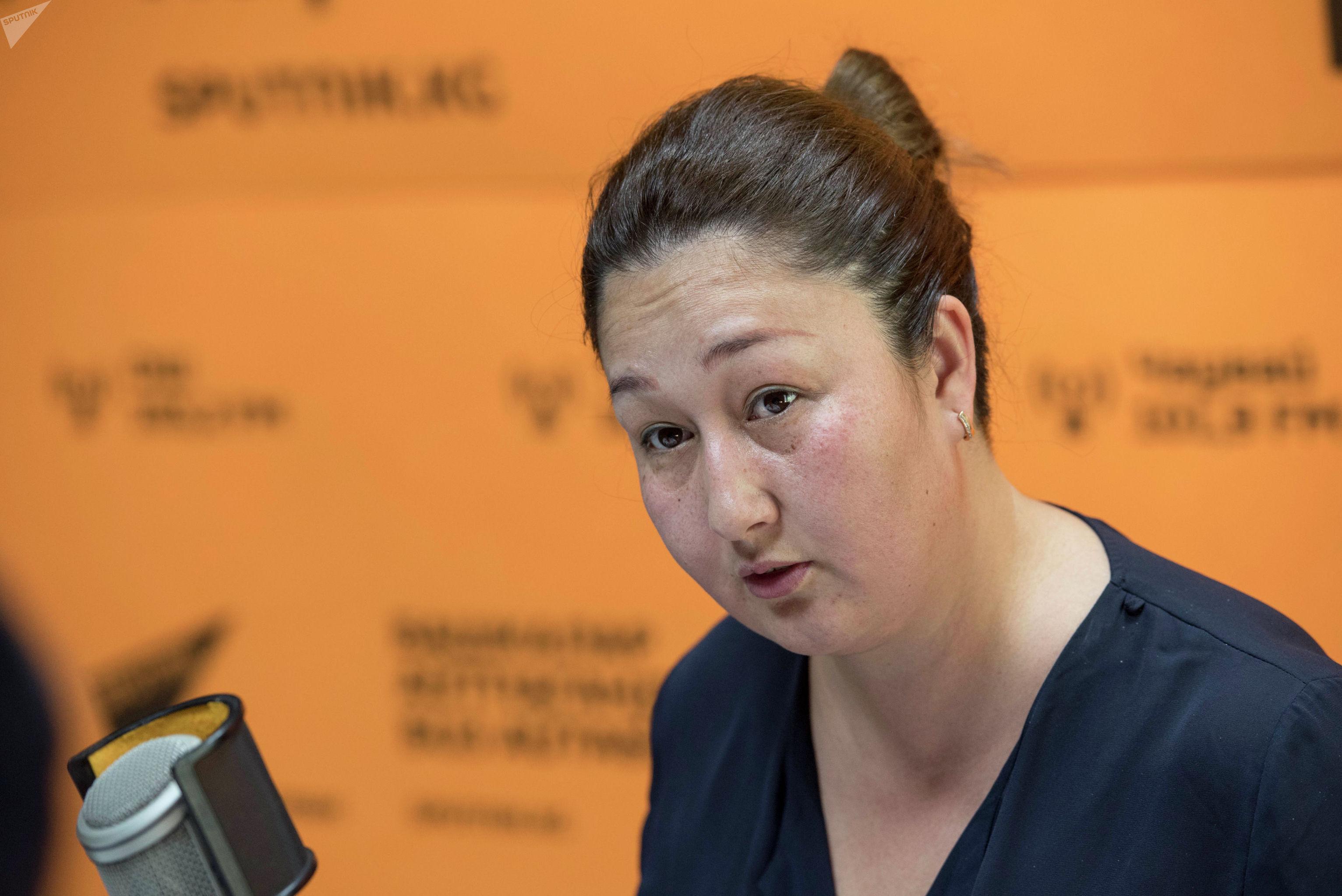 Директор компании Берекет Индира Абласова во время беседы на радио Sputnik Кыргызстан
