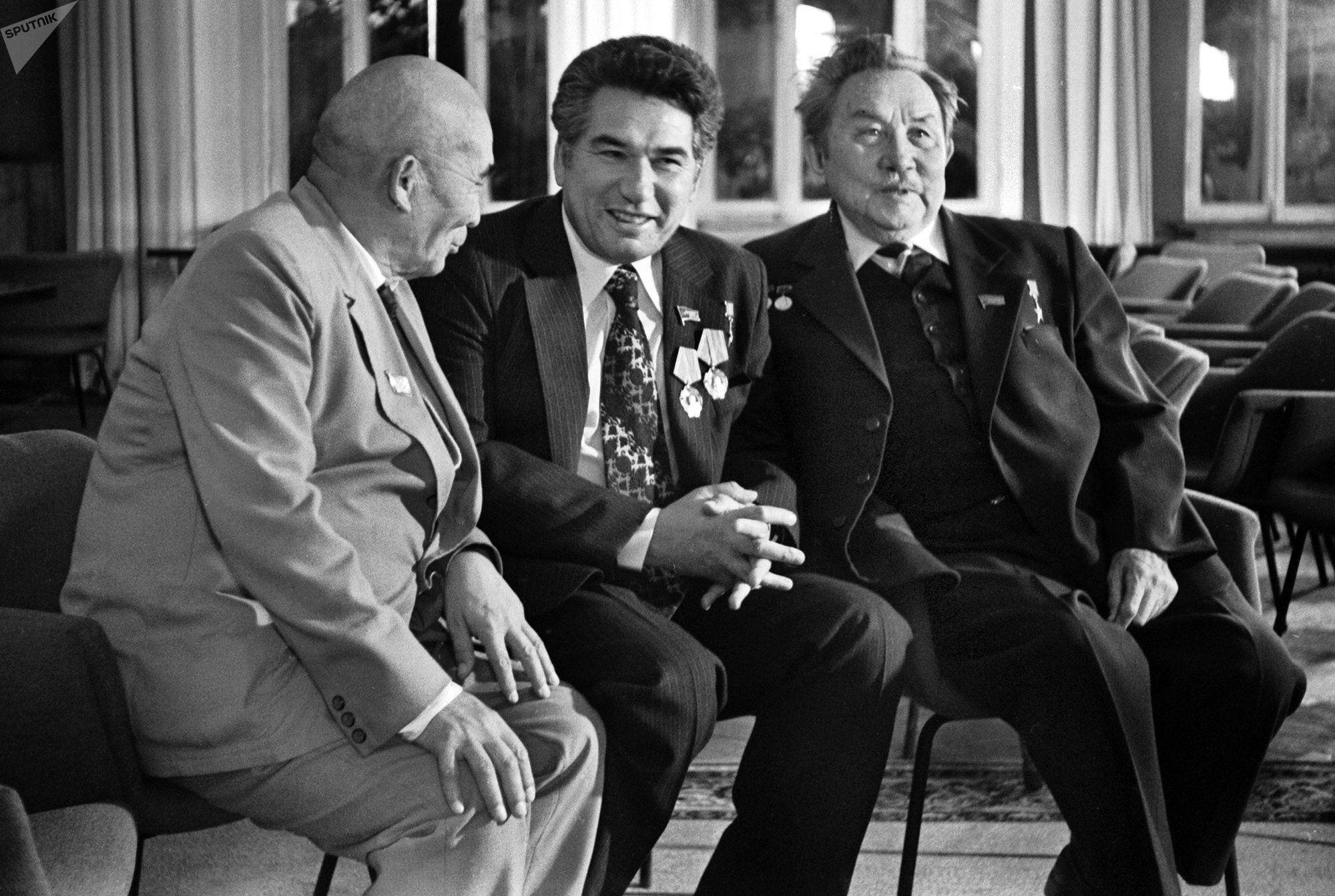 Писатели Чынгыз Айтматов и Аалы Токомбаев с поэтом Маликовым