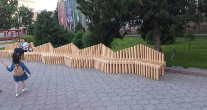 Новые скамейки установленные на Алее молодежи в Бишкеке