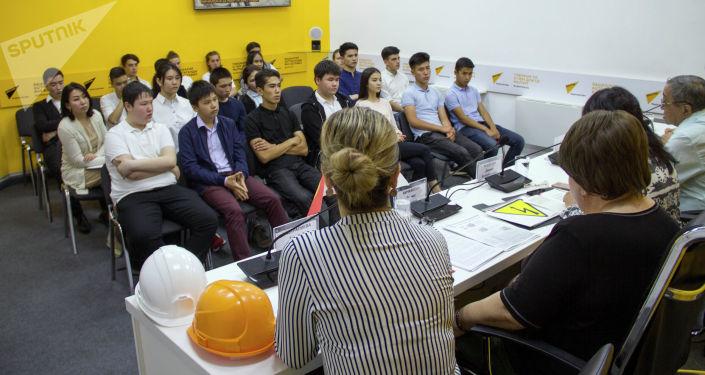 Школьники в пресс-центре Sputnik Кыргызстан на мастер-классе Как уберечься от удара током — самое важное об электричестве.