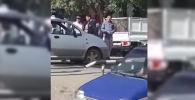 Очевидец снял, как автоинспектор ударил мужчину и толкал его. Однако сам сотрудник УОБДД утверждает, что не бил человека, а толкал, чтобы тот не отобрал пистолет.