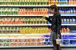 Покупательница в супермаркете. Архивное фото