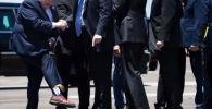 Вице-губернатор штата Луизиана Билли Нунгессер встретил президента США Дональда Трампа в волосатых носках с его изображением.