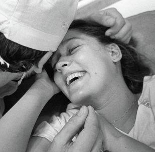 Муж присутствует при родах жены в родильном доме. Архивное фото