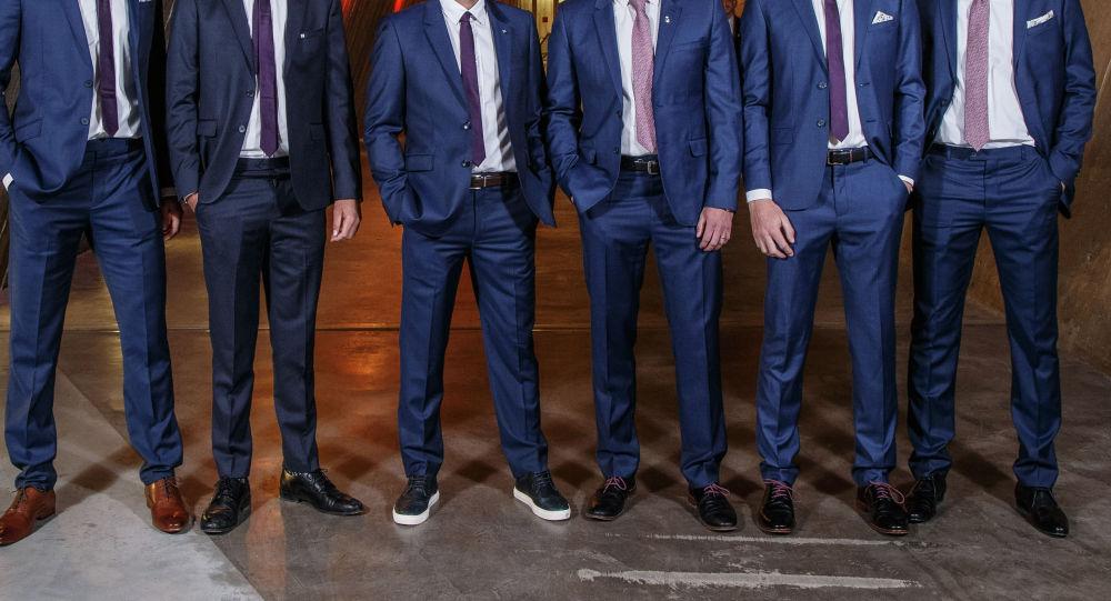 Мужчины в костюмах. Архивное фото