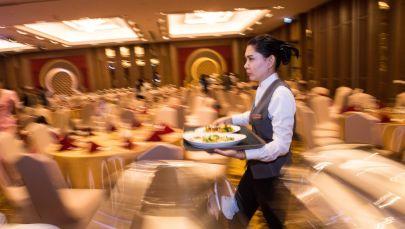 Официанты ресторана несут блюдо. Архивное фото