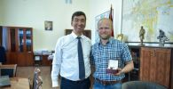 Мэр Бишкека Азиз Суракматов отметил заслуги фотографа-фрилансера Михаила Дудина.