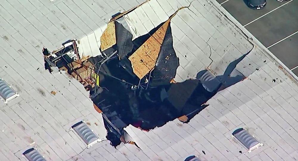 В Калифорнии истребитель ВВС США F-16 Fighting Falcon врезался в крышу склада.