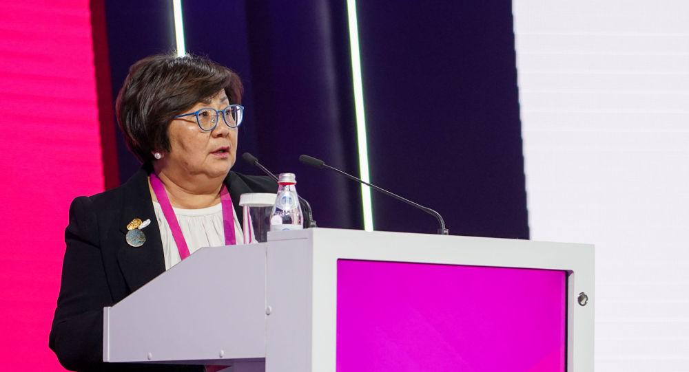 Экс-президент КР Роза Отунбаева во время выступления на Астанинском экономическом форуме