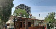 Демонтаж незаконно построенных кафе-баров в Бишкеке