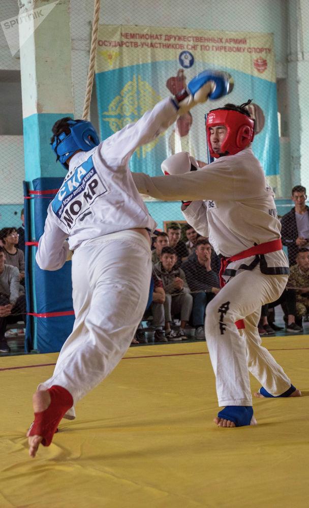 Спортчулар кимоно, кол кап кийип, фута, капа, башына коргой турчу жабдуу тагынышат.