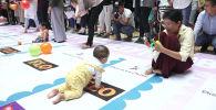 Восхитительный Чемпионат ползунков прошел в одном из торгово-развлекательных центров Бишкека. В нем приняли участие порядка 100 малышей со своими родителями.