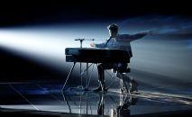 Дункан Лоуренс из Нидерландов выступает во втором полуфинале конкурса Евровидение-2019  в Тель-Авиве, Израиль, 16 мая 2019 года