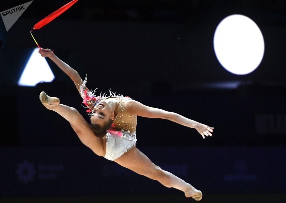 Россиянка Дина Аверина выполняет упражнения на Чемпионате Европы по художественной гимнастике в Баку (Азербайджан)